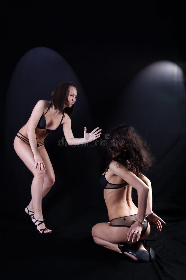 Zwei Mädchen im harten Verhältnis stockbilder
