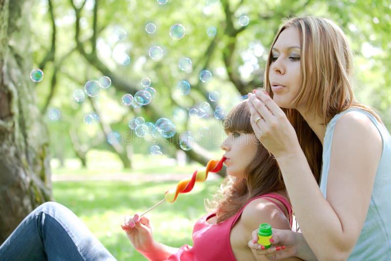 Zwei Mädchen im Park stockbild