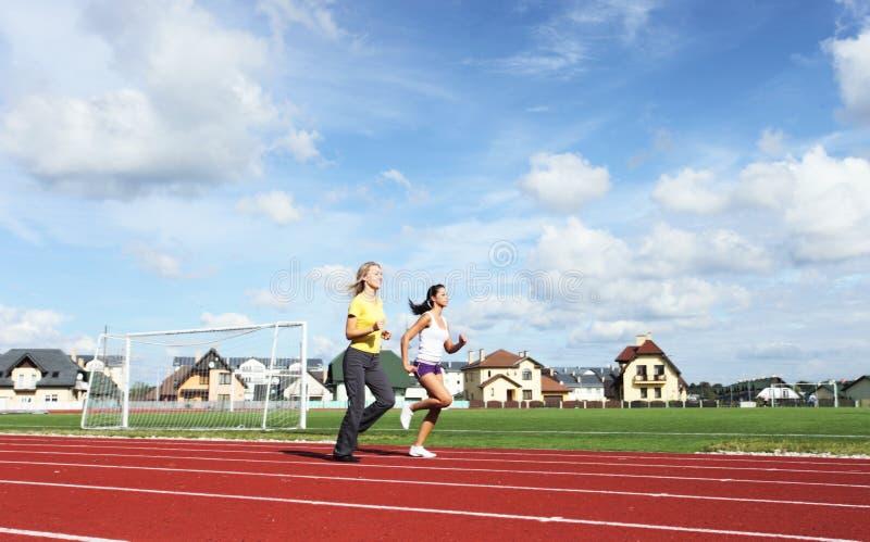 Zwei Mädchen im Stadion lizenzfreie stockbilder