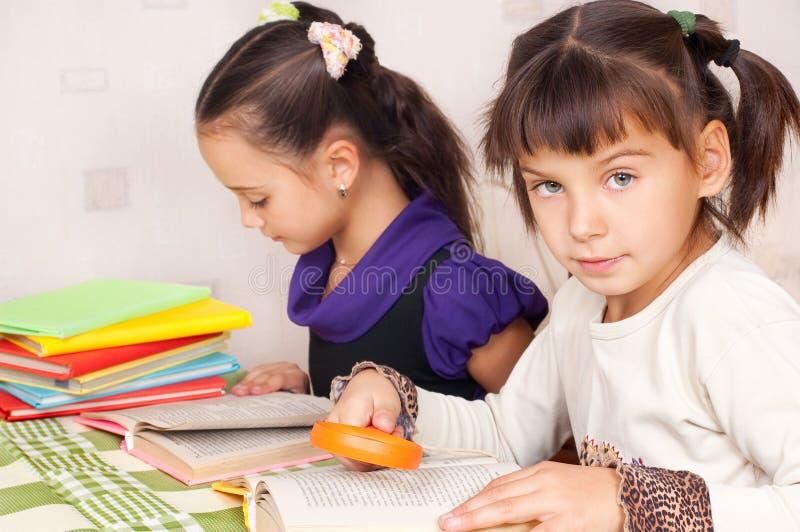 Zwei Mädchen lasen Bücher lizenzfreie stockfotografie