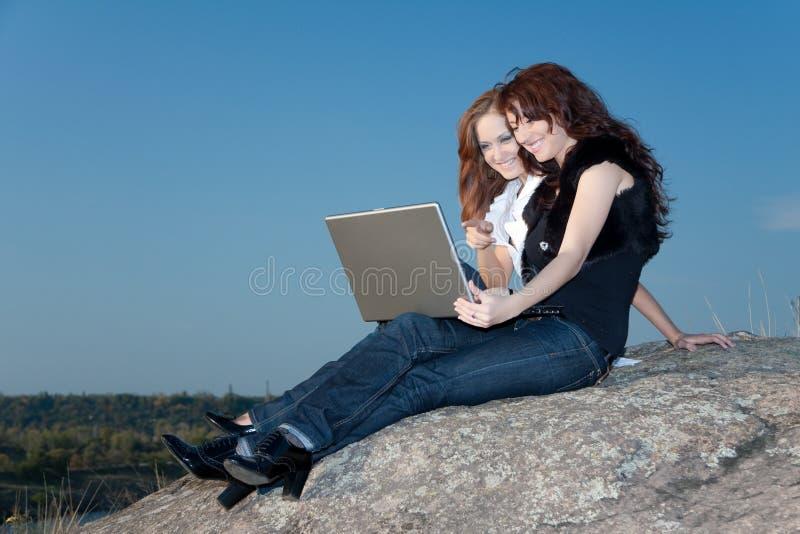 Zwei Mädchen mit Laptop stockbild