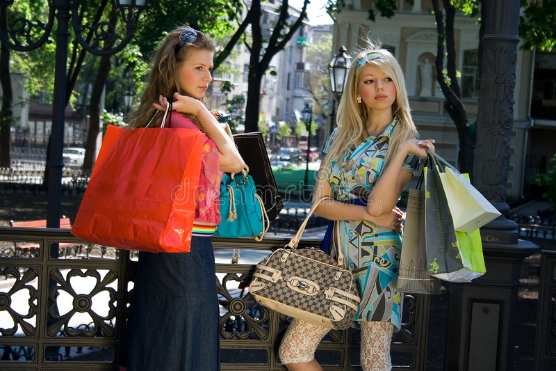 Zwei Mädchen nach dem Einkauf stockbilder