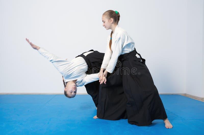 Zwei Mädchen in schwarzem hakama Praxis Aikido stockbild