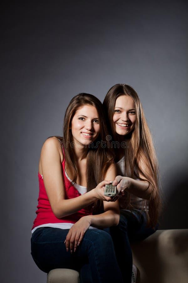 Zwei Mädchen sehen Fern lizenzfreie stockfotografie