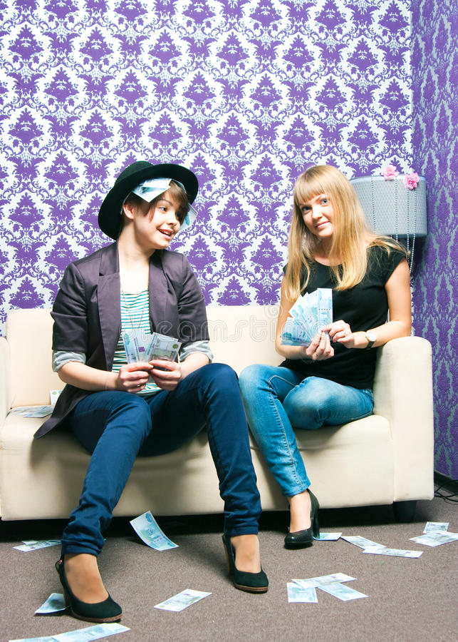 Zwei Mädchen zerstreuen russische Rubel lizenzfreies stockbild