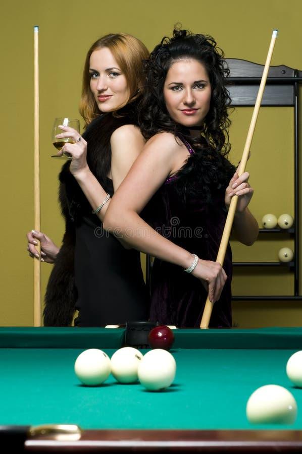 Zwei Mädchen spielen Billiarde lizenzfreie stockfotos