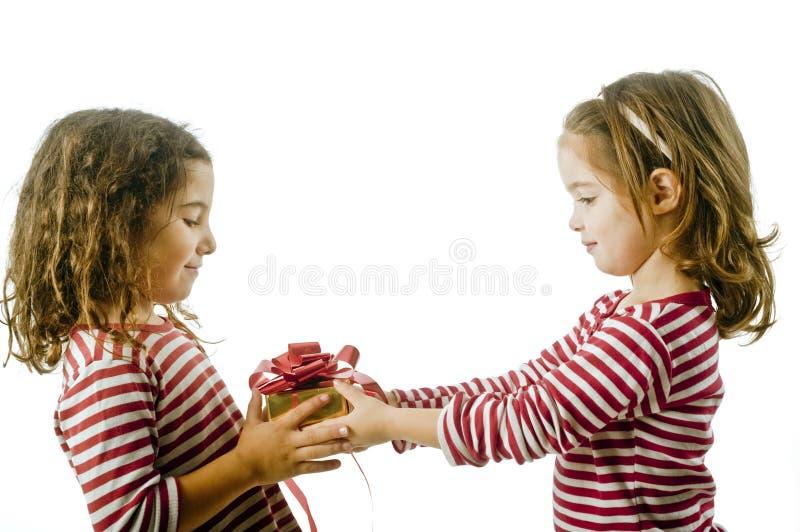 Zwei Mädchen und Geschenk lizenzfreies stockfoto
