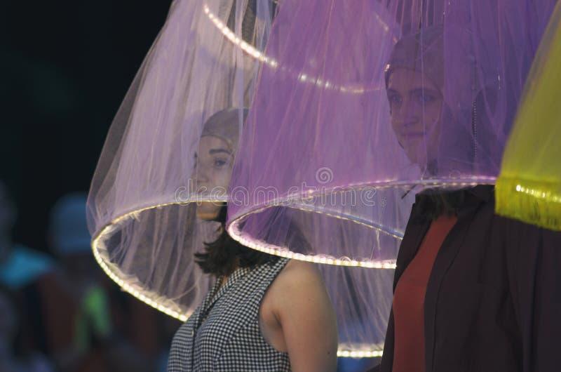 Zwei Mädchen unter dem lichtdurchlässigen Lampenschirm mit Nachtbeleuchtung lizenzfreies stockbild