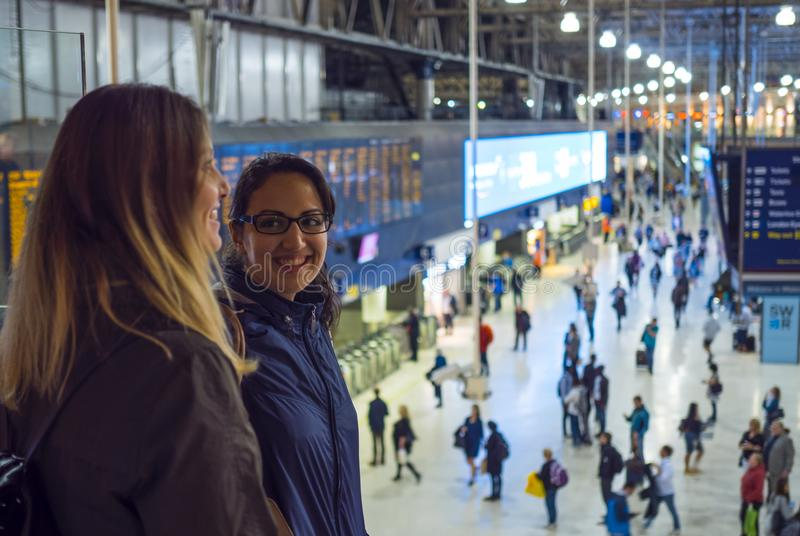 Zwei Mädchen an Waterloo-Station London stockfotografie