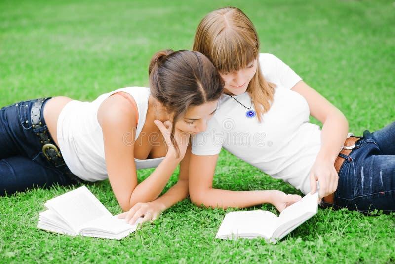 Zwei Mädchenlesebücher lizenzfreie stockbilder