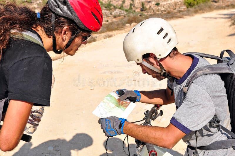 Zwei Männer überprüfen die Karte stockfotos