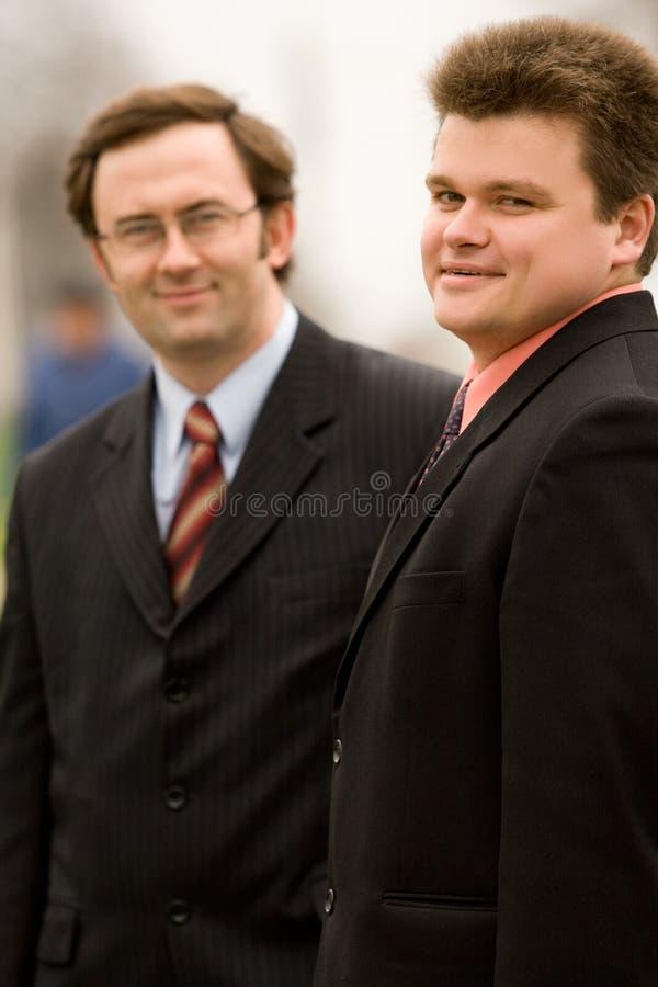 Zwei Männer in den Anzügen stockfoto