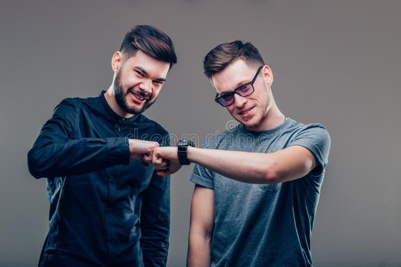 Zwei Männer der besten Freunde, die einander betrachten und Einheit ihrer Freundschaft zeigen lizenzfreies stockfoto