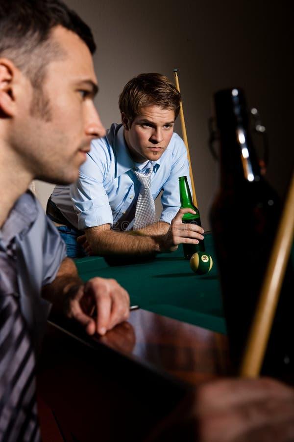Zwei Männer, die auf Snooker sich konzentrieren stockbild