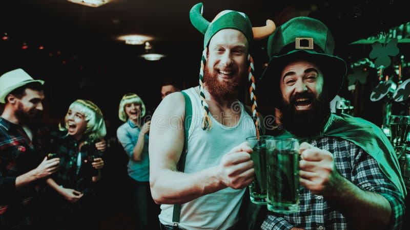 Zwei Männer, die Bier trinken St- Patrick` s Tageskonzept lizenzfreies stockfoto