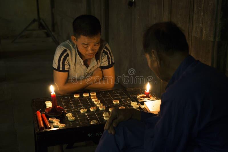 Zwei Männer, die chinesisches Schach spielen stockfoto