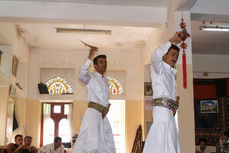 Zwei Männer, die den traditionellen jemenitischen Tanz mit jambiya Dolch tanzen lizenzfreie stockfotos
