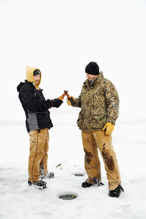 Zwei Männer, die ein Bier essen stockfoto