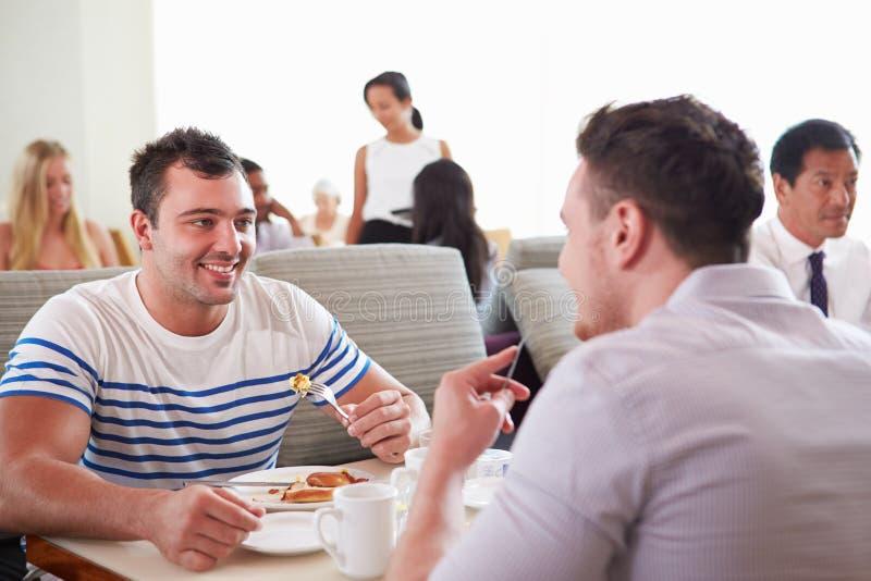 Zwei Männer, die Frühstück im Hotel-Restaurant genießen lizenzfreie stockfotos