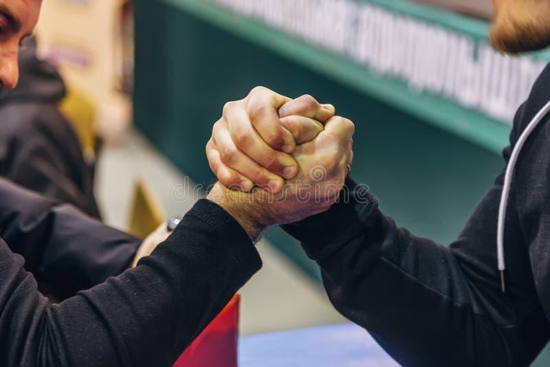 Zwei Männer, die im Armdrücken konkurrieren stockbilder