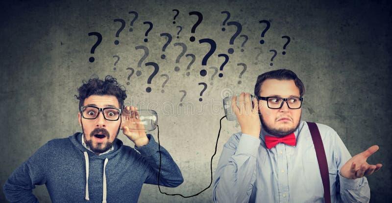 Zwei Männer, die Kommunikation beunruhigt werden lizenzfreie stockfotografie