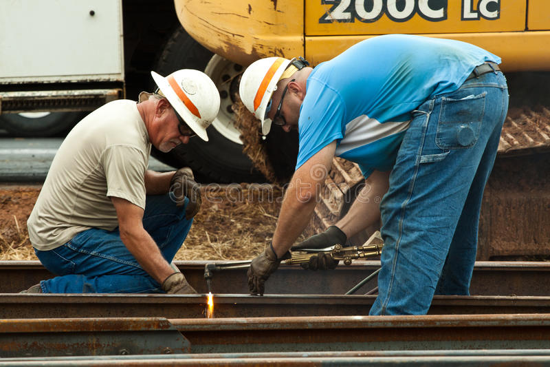 Zwei Männer, die mit Fackel schneiden lizenzfreies stockfoto