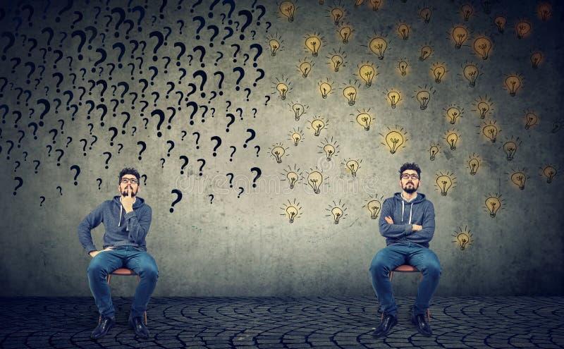 Zwei Männer, die neben einander ein sitzen, hat viele Fragen eine anderen vielen guten Ideen stockfotografie