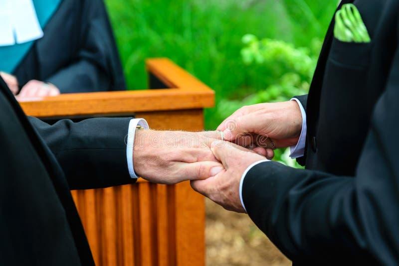 Zwei Männer, die Ringe austauschen stockfotografie