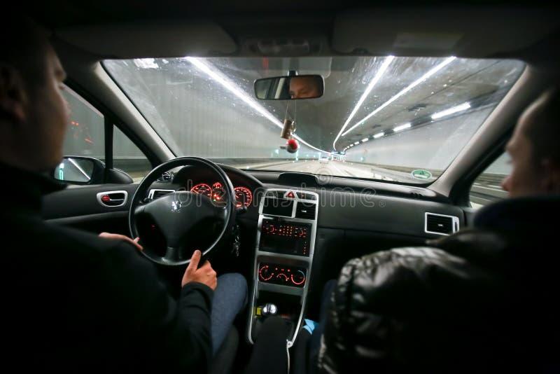 Zwei Männer, die in Tunnel fahren lizenzfreie stockfotografie