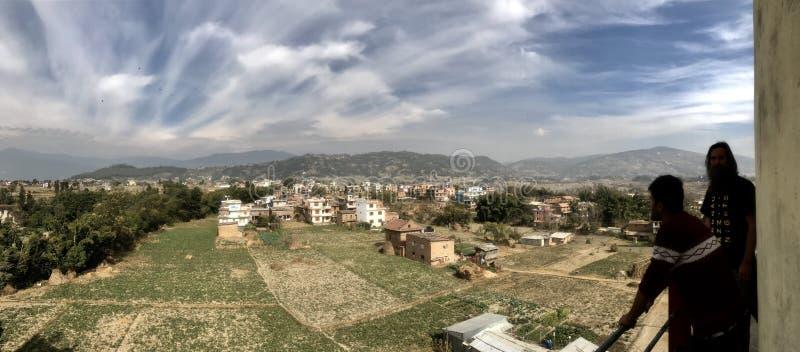 Zwei Männer, die unten über dem Kathmandutal schauen stockfotografie