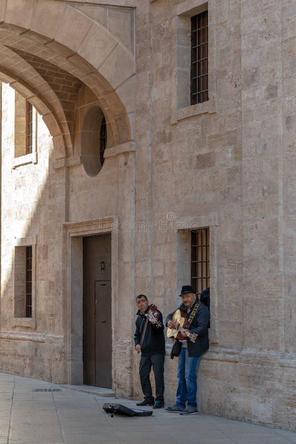 Zwei Männer, die in Valencia Spain am 25. Februar 2019 busking sind Zwei nicht identifizierte Leute stockbilder