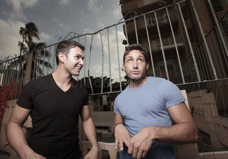 Zwei Männer, die weg flüchtig blicken lizenzfreies stockfoto
