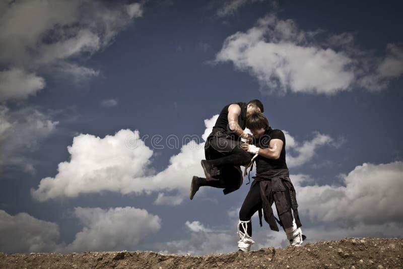 Zwei Männer kämpfen lizenzfreie stockfotos