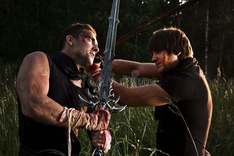 Zwei Männer kämpfen stockfoto