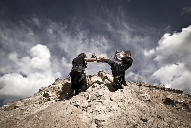 Zwei Männer kämpfen stockfotos