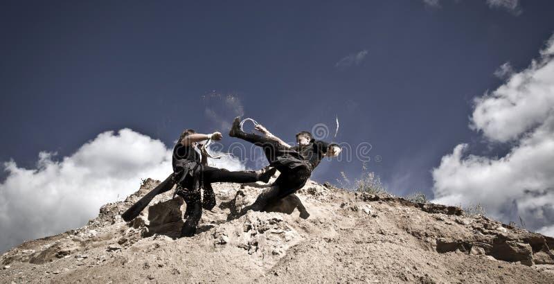 Zwei Männer kämpfen stockbilder