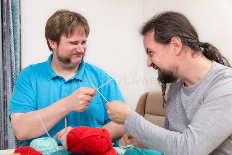 Zwei Männer kämpfen mit Stricknadeln lizenzfreies stockfoto