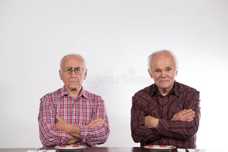 Zwei Männer mit leeren Platten lizenzfreie stockfotografie