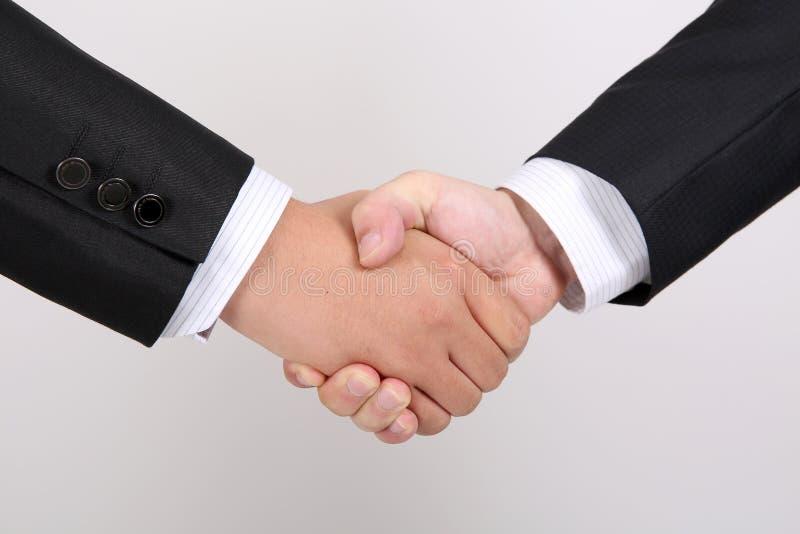Zwei Männer rütteln Hände stockfoto