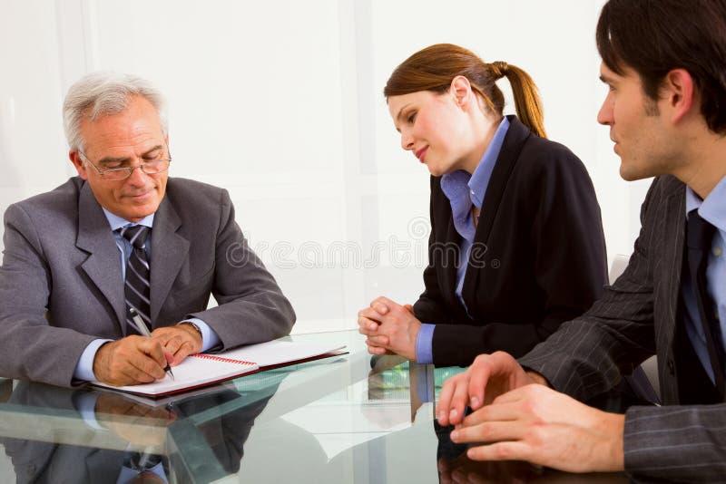 Zwei Männer und eine Frau während eines Vorstellungsgesprächs stockbilder