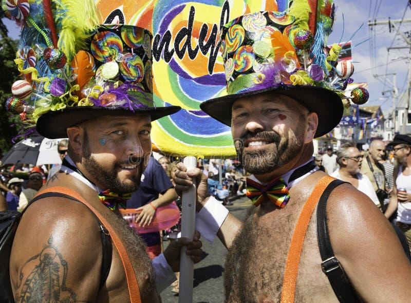 Zwei Männer, welche die Hüte gehen in die 37. jährliche Provincetown-Karnevalsparade in Provincetown, Massachusetts tragen stockbilder