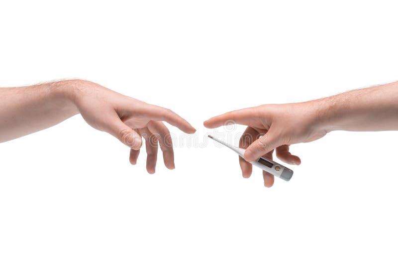 Zwei männliche Hände, die sich ein anderes medizinisches elektronisches Thermometer auf weißem Hintergrund stockbilder
