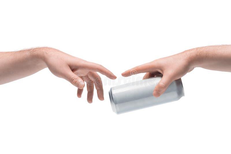 Zwei männliche Hände, die sich gegenseitig leeres weißes Bier geben, können auf weißem Grund stockbilder