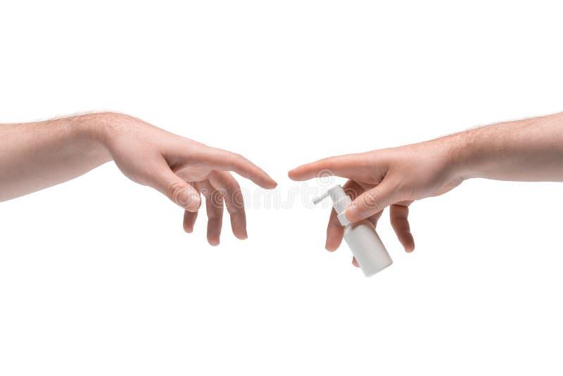 Zwei männliche Hände, die sich gegenseitig weißes Mundspray mit weißem Hintergrund stockfoto