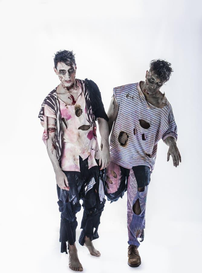 Zwei männliche Zombies, die auf schwarzem Hintergrund stehen stockfoto
