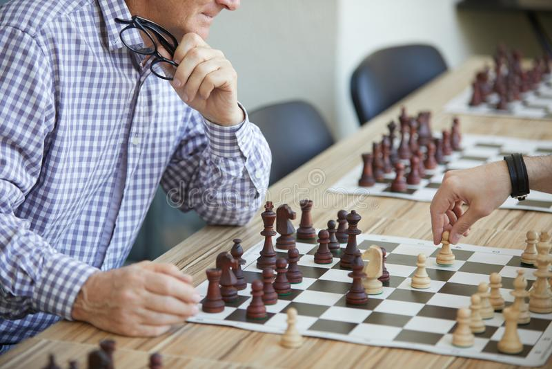 Zwei M?nner, die Schach spielen stockbild