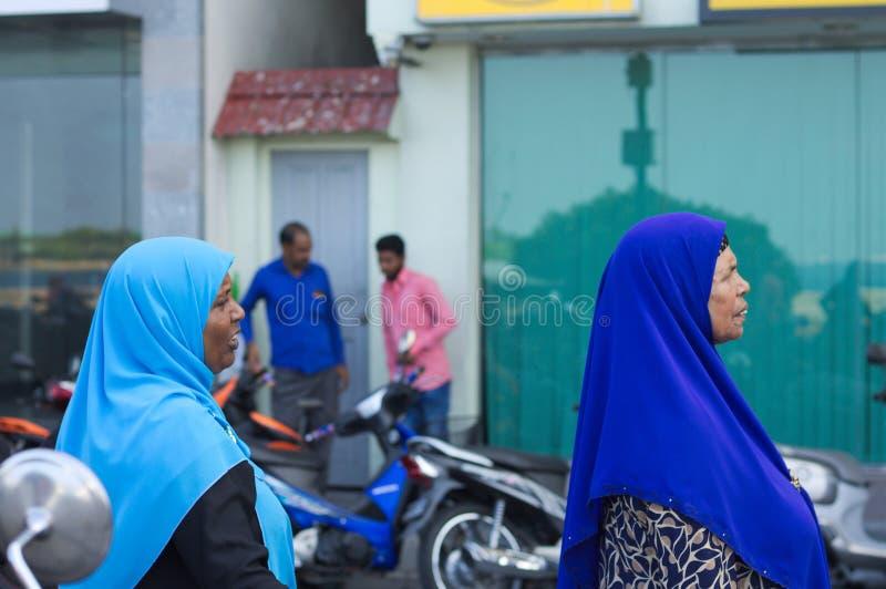 Zwei maledivische Frauen mit einer moslemischen Religion des blauen Schleiers stockfoto