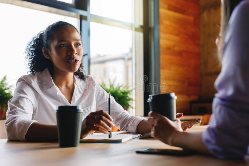 Zwei Manager, die im Café sich besprechen stockfoto