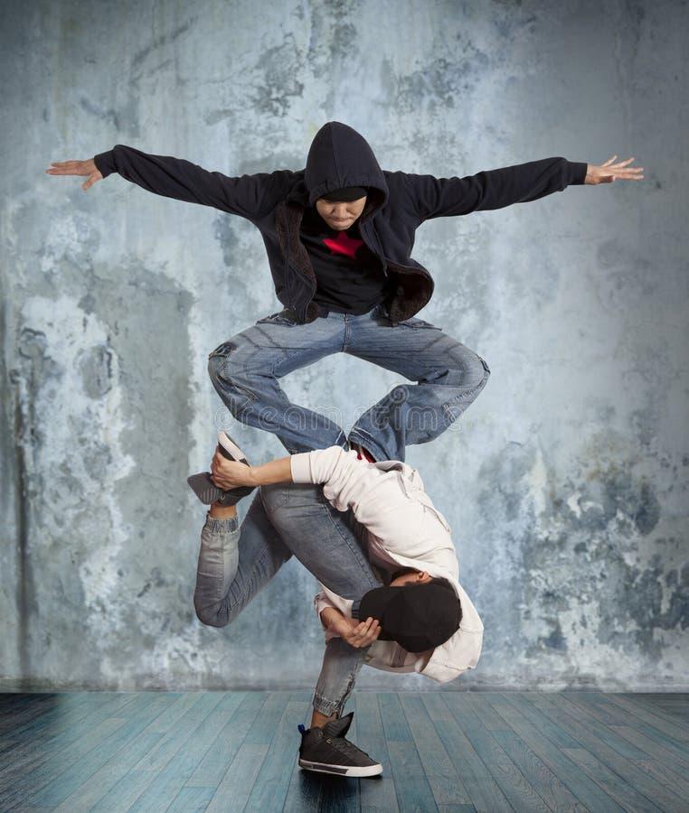 Zwei-mannbreakdance auf Wandhintergrund lizenzfreie stockfotografie