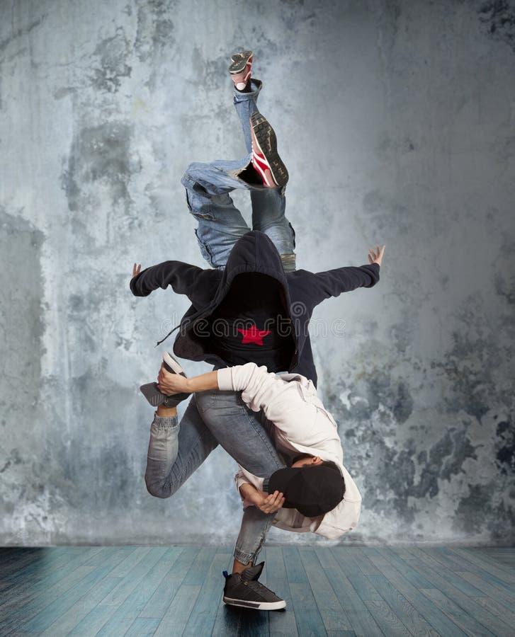 Zwei-mannbreakdance auf Wandhintergrund stockfoto